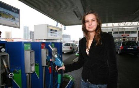 Na stále stoupající ceny benzinu si budeme muset zřejmě zvyknout.