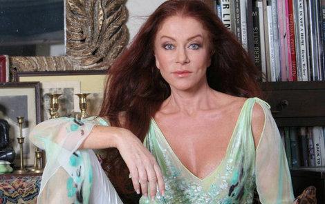 """""""Na kosmetice jsem nebyla snad třicet let,"""" vypráví Matragi. Návrhářka se udržuje ve formě díky cvičení, zdravé stravě a kvalitní kosmetice."""