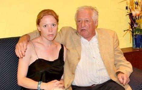 Klára se svým tatínkem, zpěvákem Pavlem Bobkem dolaďují poslední předsvatební přípravy.