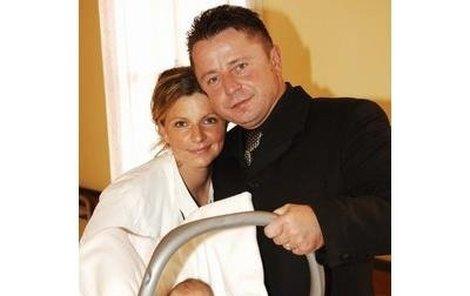 Včera si šťastný Petr Muk odvezl z porodnice domů manželku Evu i s dcerou Noemi.