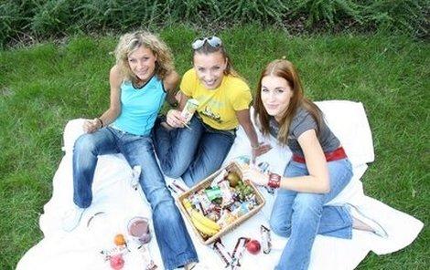 Kateřina Stočesová, Alice Bendová a Lucie Váchová (zleva) si společně pochutnaly na zdravé snídani.