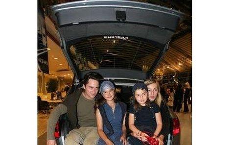 Rodinná idylka. Herečka Vanda Hybnerová s manželem Sašou Rašilovem a dcerami Toničkou a Pepinou.