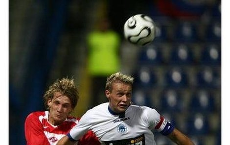 Takto se rval Tomáš Zápotočný (vpravo) s Radoslavem Kováčem ze Spartaku Moskva. Vysloužil si za to vyloučení a stop. Kdo ho nahradí?