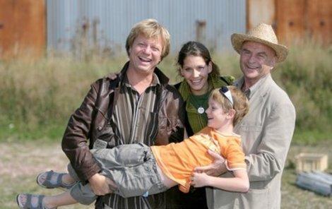 Ve filmu si zahrají hledače pokladů Maroš Kramár (vlevo) a Bořivoj Navrátil (vpravo). Tomu bude pomáhat jeho vnuk Tomáš Materna a nechybí ani krásná Bára Seidlová.