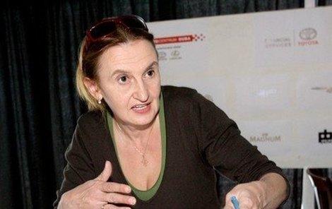 Eva Holubová se umí ptát na tělo.