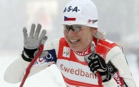 Šťastná, ale unavená vítězka Kateřina Neumannová v cíli běhu na 10 km volnou technikou.