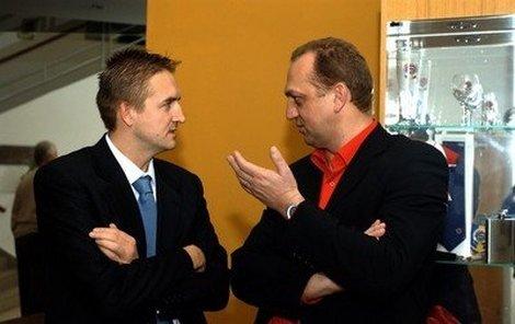 Vlivní v českém fotbale. Tomáš Petera (vlevo) a Pavel Zíka (hráčský agent). O čem se asi radí?