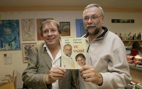 Josef Alois Náhlovský (vlevo) a Josef Mladý jsou na svou knihu pořádně pyšní.