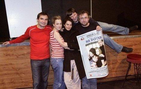 Hrdinové divadelní hryNa dotek – zleva: Jiří Macháček, Kristýna Liška-Boková, Nataša Burger, principál divadla Jan Hrušínský a režisér Jan Hřebejk.