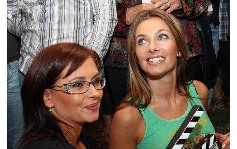 Dana Morávková (vlevo) a Alice Bendová se už chystají na natáčení nového seriálu, který se 3. ledna začne natáčet místo »Pout«. Velmi křehké vztahy se budou odehrávat v atraktivním prostředí nemocnice.