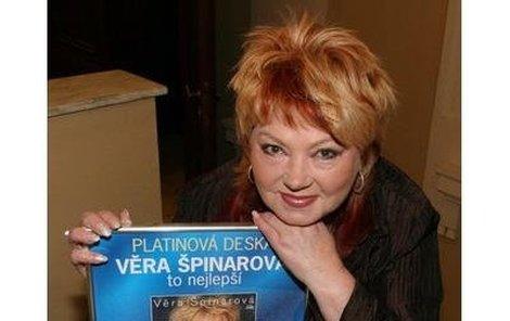 Věra Špinarová dostala za své album To nejlepší platinovou desku hudebního vydavatelství Supraphon.