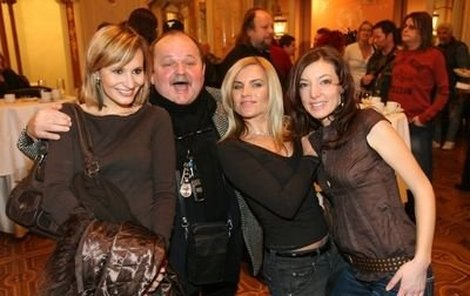 Režisér Jozef Bednárik a tři půvabné Angeliky: Monika Absolonová, Leona Machálková a Dasha (zleva), které rejža přímo na tiskovce ošahával.