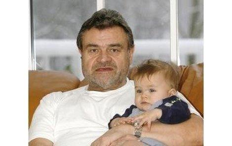 Karel Svoboda s ročním synem Jakubem.