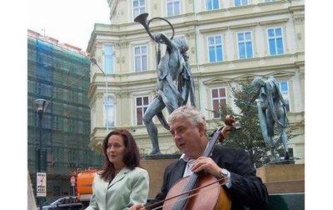 Miroslav Donutil a Simona Stašová natáčeli jednu povídku na pražském Senovážném náměstí.