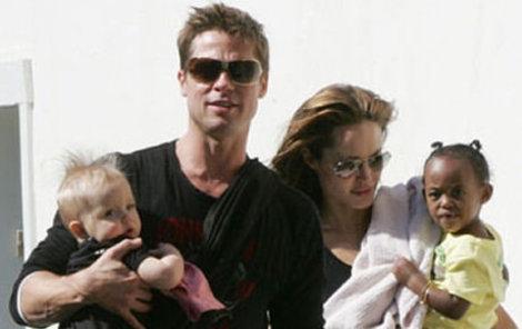 Brad se prý k dětem choval agresivně, Angelina jejich výchovu zase nezvládá...