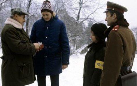 Pomocná stráž provádí v doprovodu příslušníka VB kontrolu občanských průkazů.