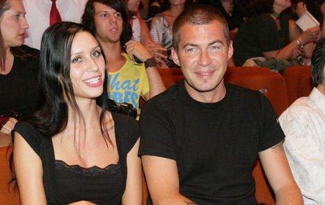 Bořek Slezáček dorazil na přehlídku se svou bývalou přítelkyní Lenkou. Miss ČR Kateřinu Sokolovou neulovil, a tak zase vsadil na expřítelkyni.