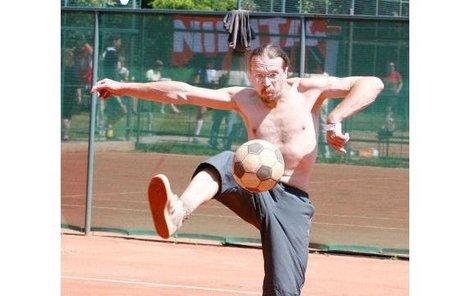 Dan Bárta hrál nohejbal, jako by šlo o život a každou svou chybu, velmi prožíval.