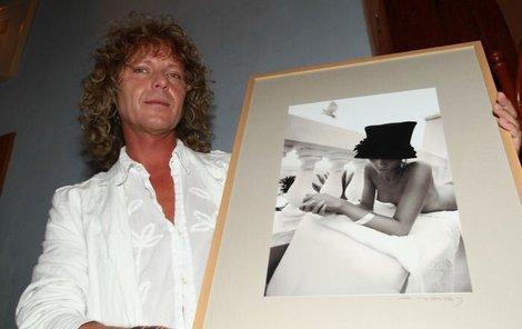 Peter Nagy se svou fotografí. Dívka, která je na snímku, je sice zcela neznámá cizinka, se kterou se viděl jen pár hodin při focení, ale připustil, že se mu dost líbila.
