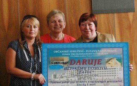 Zuzana Paroubková (vpravo) a její nadace »Pomoc pro budoucnost našim dětem« předaly šeky šesti dětským domovům.