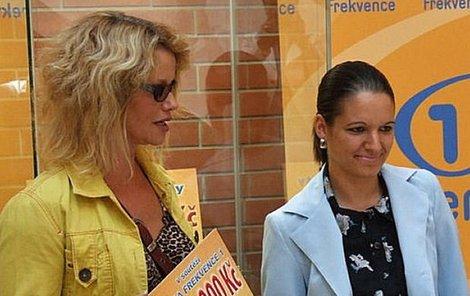 Šťastné výherkyni Kateřině (vpravo) popřála k milionu i Jitka Asterová.