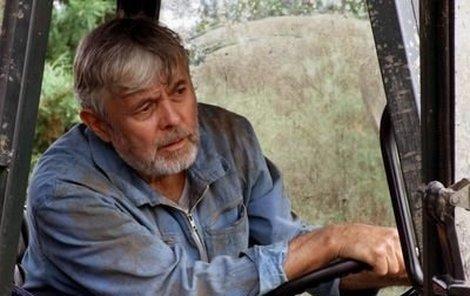 Josef Abrhám si v seriálu jako správný statkář sedl nejen za volant traktoru, ale i kombajnu.