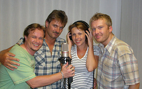 NewTrio alias Nicol Lenertová, Robert N. (vpravo) a Leoš Petrů už natočilio v nahrávacím studiu zpěváka Patrika Foxe (druhý zleva) po dvouleté přestávce první písničku.