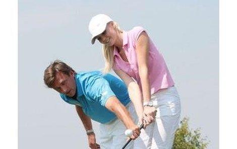 Alan Babický se nebál přiblížit k Lucii Hadašové, aby ji důkladně vysvětlil golfové základy.