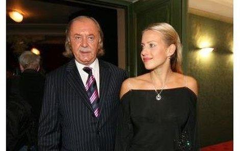 František Janeček se svou mladinkou přítelkyní Terezou Mátlovou nyní odletěli do Ameriky.