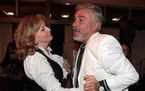 Rosákova manželka Jiřina s oslavencem tančila, jako by se oba vrátili do puberty. Všem bylo jasné, že u Rosáků nebude úplně klidná noc...