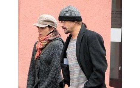 Zpěvák Dan Bárta a jeho dlouholetá přítelkyně Kateřina Procházková vyrazili na obhlídku výloh v centruPrahy.