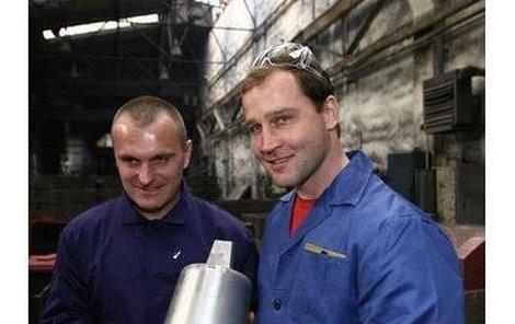Robert Reichel (vlevo) a Jiří Šlégr zapózovali s prvním zkušebním odlitkem. Ten jejich zvon, který si sami udělali, bude hotový tak za týden.