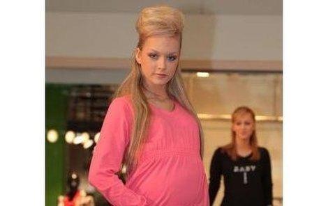 Dominika Kadlčková na módní přehlídce ukázala, že bude jednou sexy těhulka.