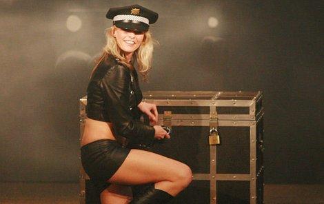 Policistka Martina Poulíčková předvedla opět známý trik se zamčenou truhlou a u diváků měl úspěch i její sexy kostým.
