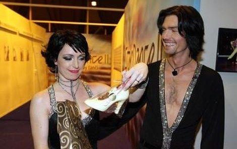 Tatiana Vilhelmová obdivovala se svým tanečníkem Petrem Čadkem marcipánový střevíček, který před začátkem StarDance dostala.