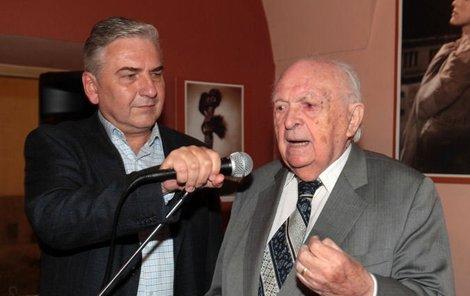 Miroslav Donutil na vernisáži obrazů slavných filmových krásek přivítal i legendárního režiséra Otakara Vávru – a pořádně mu přidal na věku.