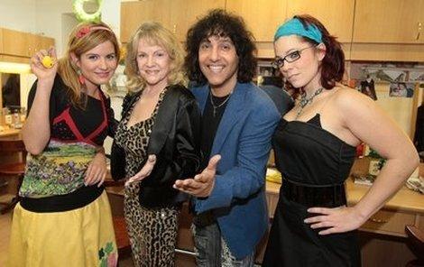 Hynek Tomm s kamarádkami – Zuzanou Norisovou, Evou Pilarovou a Míšou Noskovou (zleva).