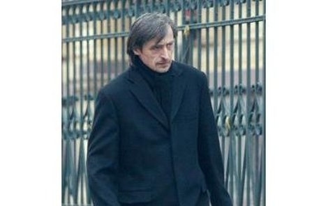 Úterý, 11.52 hZlomený otecMartin Stropnický odchází z nemocnice. V taškách nese vše, co mu po synkovi zůstalo...