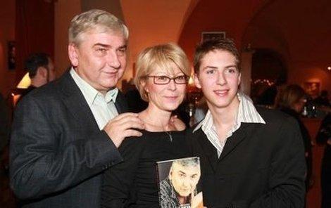 Křest knihy Pořád se něco děje oslavil Donutil s manželkou Zuzanou a synem Martinem.