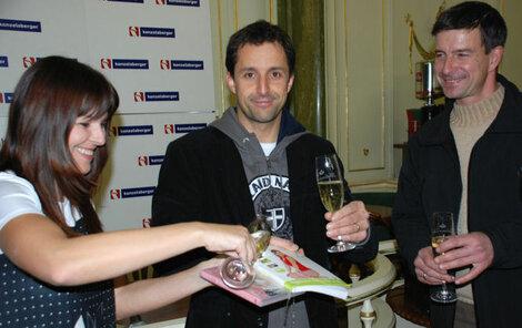 Tomáš Krejčíř pokřtil novou knihu Hanky Kynychové s jejím manželem Jindřichem Obrdlíkem (vpravo) a Petrou Kruntorádovou.