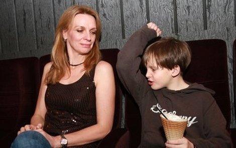 Ivana Chýlková vzala svého syna na první projekci pohádky Začarovaná láska. A samozřejmě se to neobešlo bez obrovského kornoutu zmrzliny.