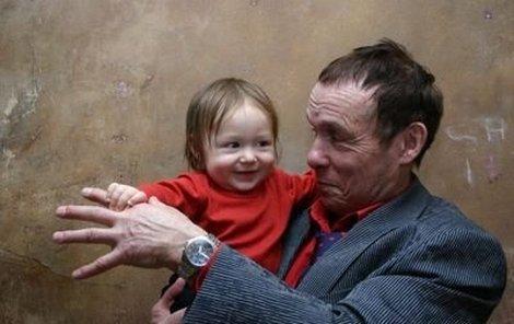 Otcovské radosti s Matějem prožívá Jan Saudek naplno.