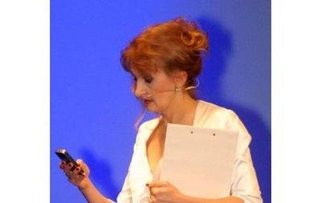 Evě Holubové, která večer moderovala, stávkoval mobil.