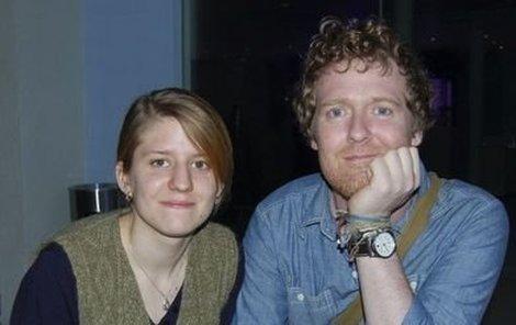 Česká písničkářka Markéta Irglová a irský hudebník Glen Hansrad zazpívají během předávání Oscarů.