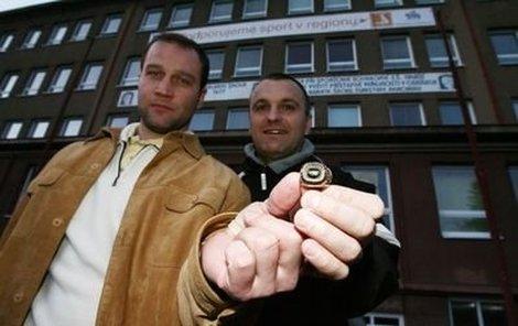 Jiří Šlégr (vlevo)a Robert Reichel před školou, která je vyslala do hokejového světa. V něm pak dosáhli triumfu, který jim připomíná prsten s nápisem CZECH REPUBLIC OLYMPIC CHAMPIONS 1998.