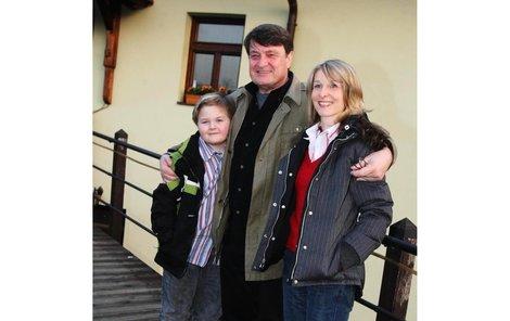 Malý Artur vedle svého tatínka Ladislava Štaidla a jeho přítelkyně Míši jen zářil. Péče otce a pobyt u něj mu zřejmě svědčí.