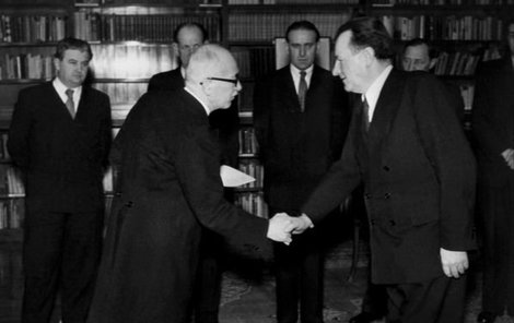 Edvard Beneš právě jmenoval komunistický kabinet Klementa Gottwalda. Komunisté pak vládli 41 let.
