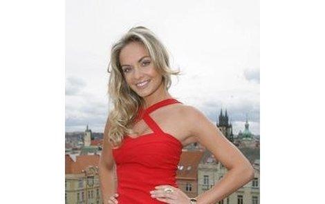 Taťána Kuchařová hned vyzkoušela novou kolekci Klenot Aurum, prstýnek a hodinky – obojí v hodnotě okolo dvaceti tisíc korun.