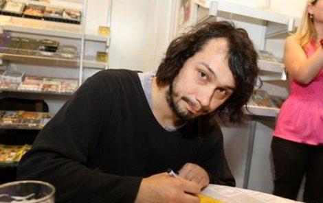 Pavel Liška se na autogramiádě podepisoval příznivcům audioknihy Neuvěřitelné příhody žáků Kopyta a Mňouka.