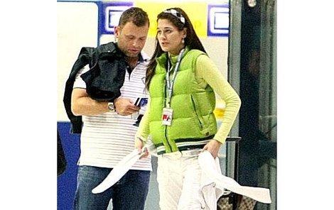 Petra Faltýnová se Simonem Šteklem na letišti Praha-Ruzyně hledali odbavovací přepážku do Atén.